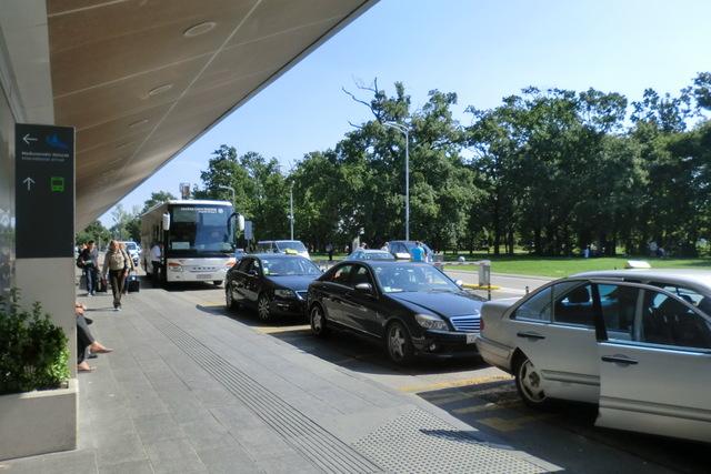 ザグレブ空港前で客待ちをするタクシー。市内まで約200クーナ