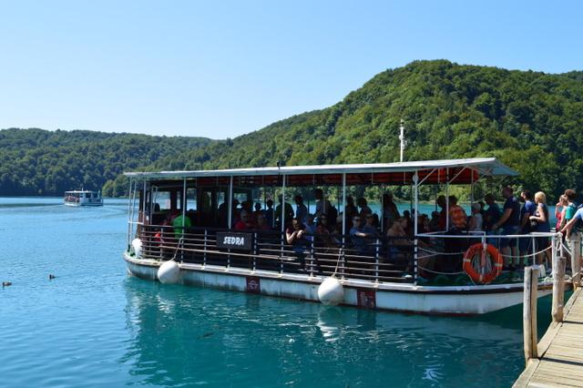 園内の湖を走る遊覧船