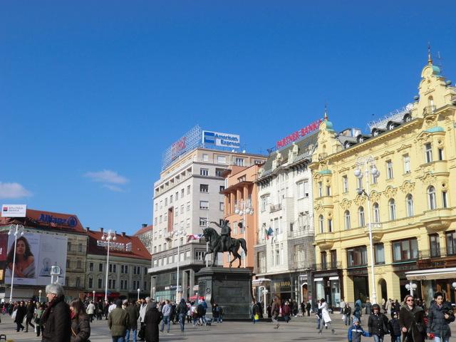 ザグレブ観光はイェラチッチ広場から