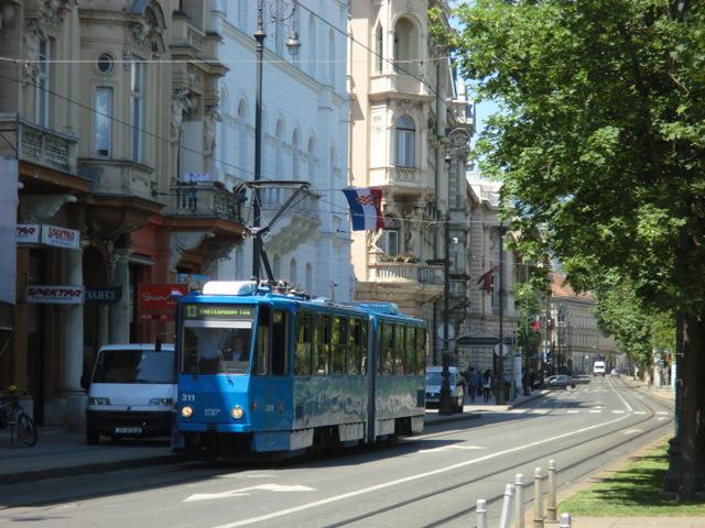 ザグレブの町を走る青いトラム