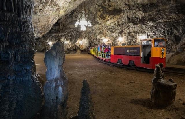 (C)Postojna Cave