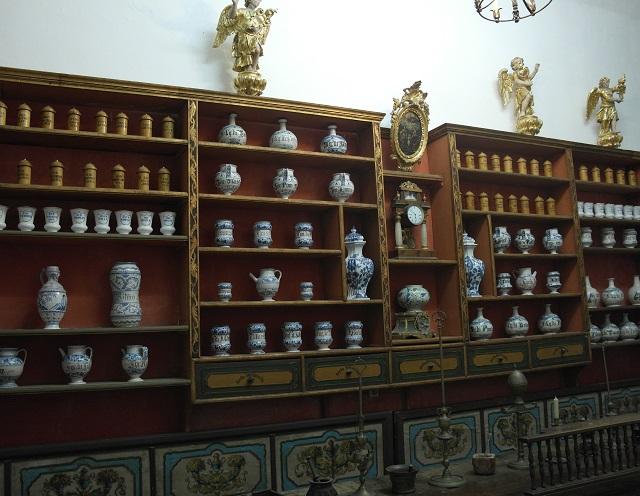 修道院の回廊の奥には博物館があり、中世にこの薬局で使われていた薬壷や秤など、当時使われていた様々な器具、修道院に伝わる宝飾品や聖遺物が展示されています