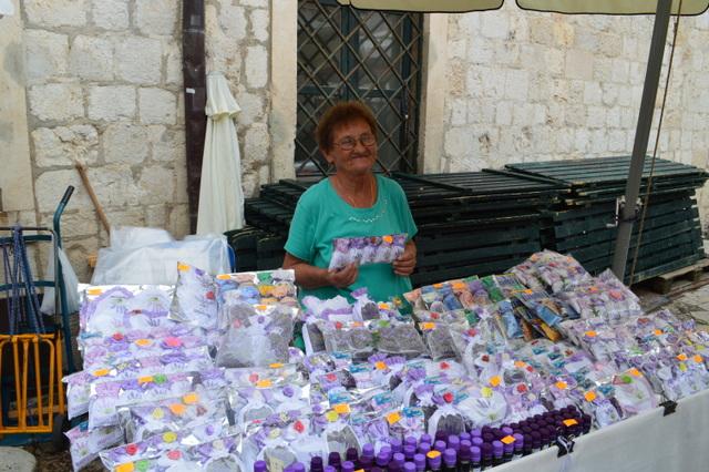 ドブロブニクの市場のラベンダー売りのおばあちゃん
