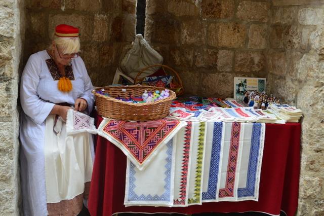 ハンドメイドのものをお探しの方は、作業をしながら刺繍を売る女性から買うのがおすすめ