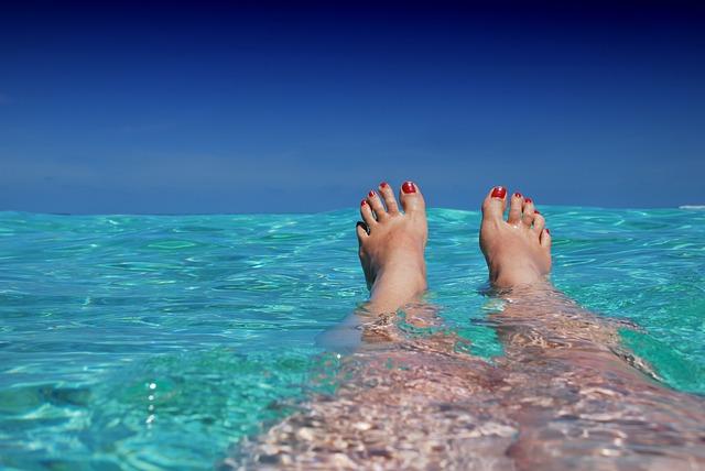 岩場が多いクロアチアのビーチ。足をケガしないように気をつけて!
