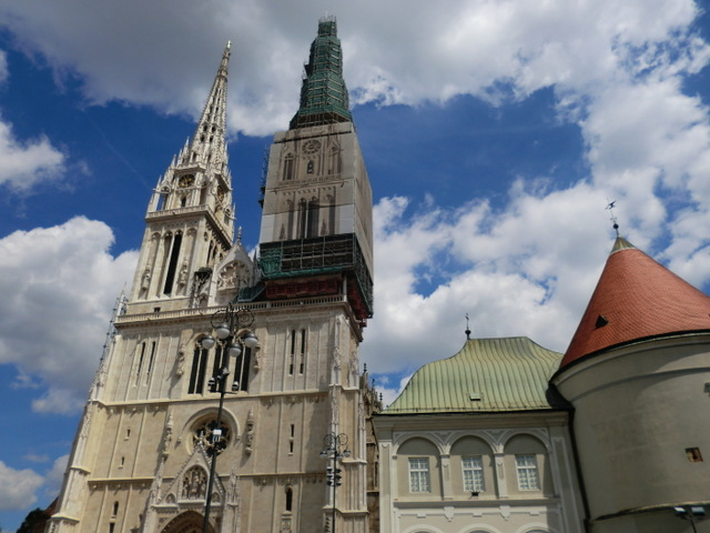 天にそびえる2つの塔は町のシンボル