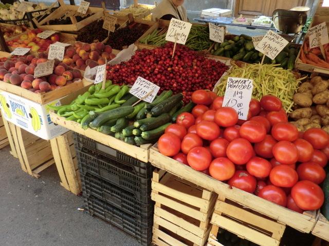 新鮮な野菜やくだものが並ぶ青空市場