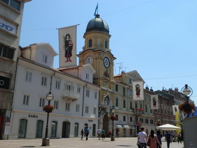 町のシンボル、黄色い時計塔