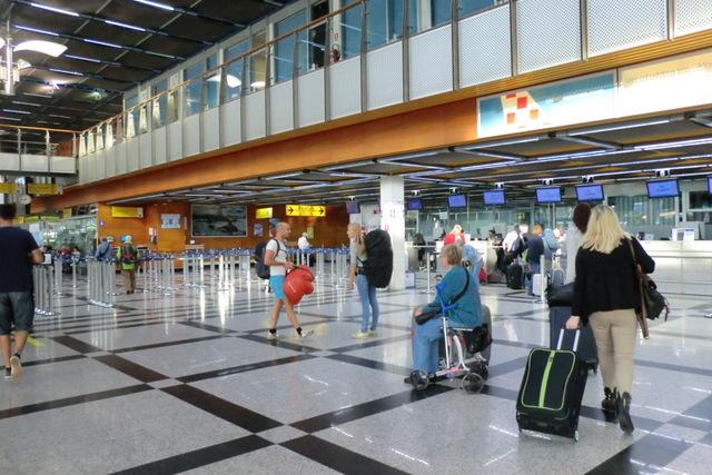 スプリット空港。小さな空港なので迷う心配もありません。