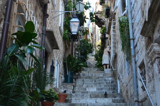 趣たっぷりのドブロブニク旧市街の路地。ただし長い階段があるので、宿の位置には注意。