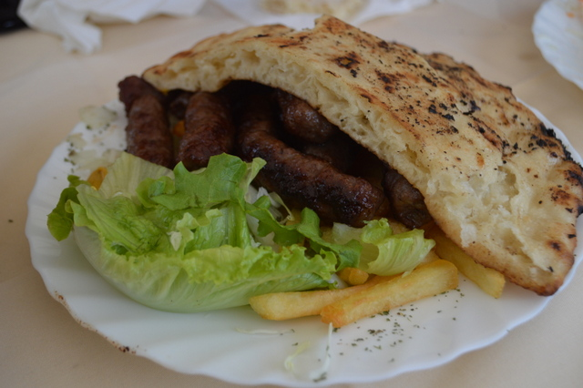 「レピニャ」と呼ばれるパンに挟まれるのがオーソドックス