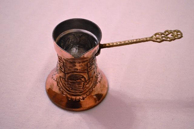 """クロアチア語で""""ジェズバ""""と呼ばれる専用の小鍋でトルココーヒーを煮沸かします"""