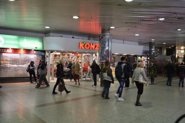 24時間営業のスーパー(KONZUM)も入っています