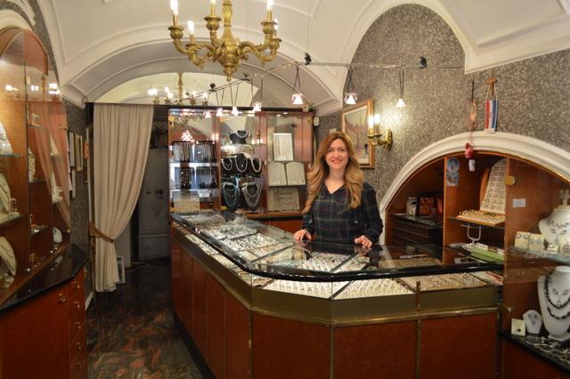 昔ながらの伝統的な金銀細工ショップの雰囲気が漂う、居心地の良い店内