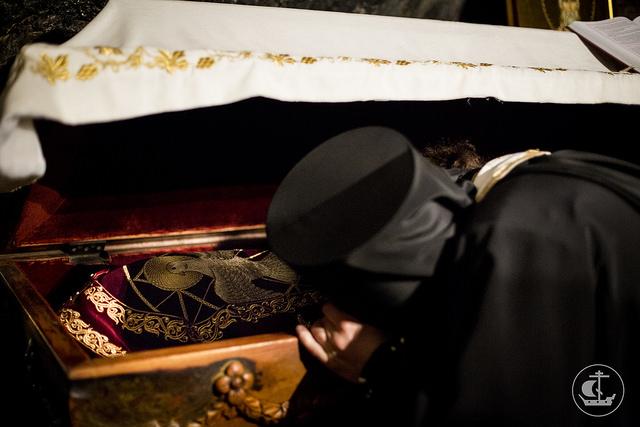 聖ヴァシリエの遺体に祈りを捧げる巡礼者 (C) Flickr/Saint-Petersburg orthodox theological academy