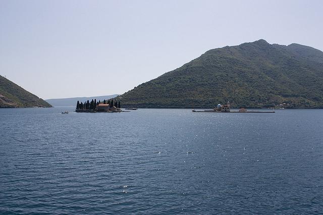 ペラストの一番の見所といえば、町の沖に浮かぶ2つの小さな島。ひとつは修道院が建つ「スベティ・ジョルジェ」と呼ばる島。もうひとつは「岩礁のマリア教会」と呼ばれる教会が建つ人工の島(C)Flickr/taver https://www.flickr.com/photos/taver/3133662183/in/photolist-5LUQAk-AcbknC-6Leatd-6L9ZTT-5UP97a-fMjQVc-dGb6g5-wEnSrf-66CAAh-66CAn3-66CAaf-66yiPp-dGb3Aj-6Ldoed-66CASS-66CAHs-66CzKm-66CzB9-66yimZ-66Czj9-66Cz9f-66CyUW-66yhCB-66CywG-66yhht-66Cy9S-fMBoqj-fMAZQw-fMAWBN-fMjAwF-fMjydi-fMB3dC-fMBmb1-dHQX3e-pdhe2V-oW4KSS-5xKyG8-42aQQh-pbw8Ts-gK7JC9-h9mG5r-oiR35c-66ygUr-66CxKC-66ygBp-66ygtF-66Cxk1-66yg5i-66yg2k-66yfR2