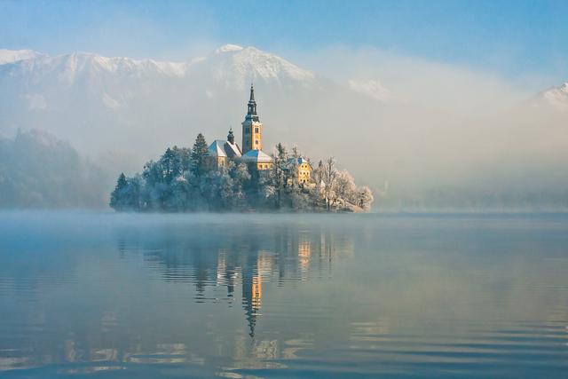 冬のブレッド湖は実に幻想的 (C) www.slovenia.info/Franci Ferjan