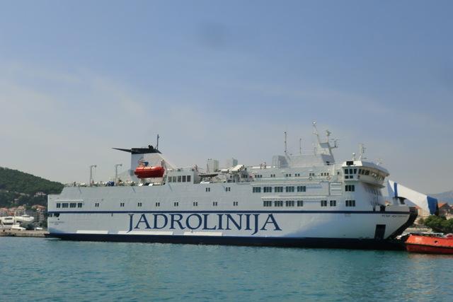 クロアチアでの海上移動はヤドロリニヤ (JADROLINIJA) 社のフェリーやカタマランを利用するのが一般的