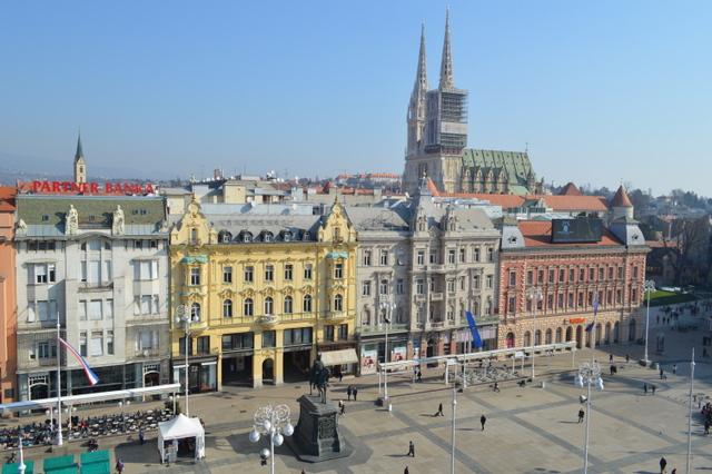 ウィーン風の優美な建物が面する広場