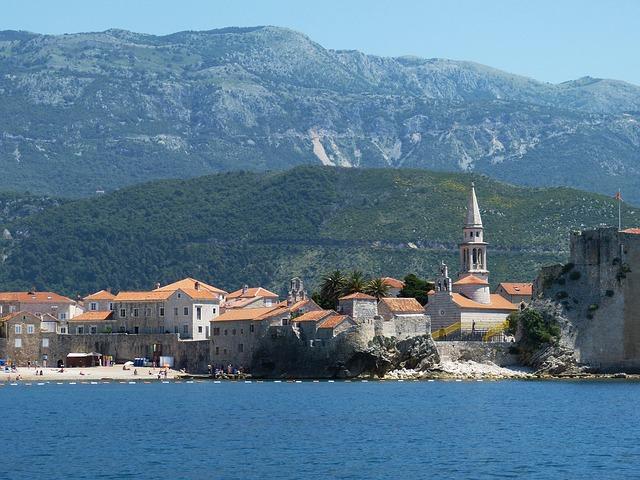 海に浮かぶ美しい城壁の町