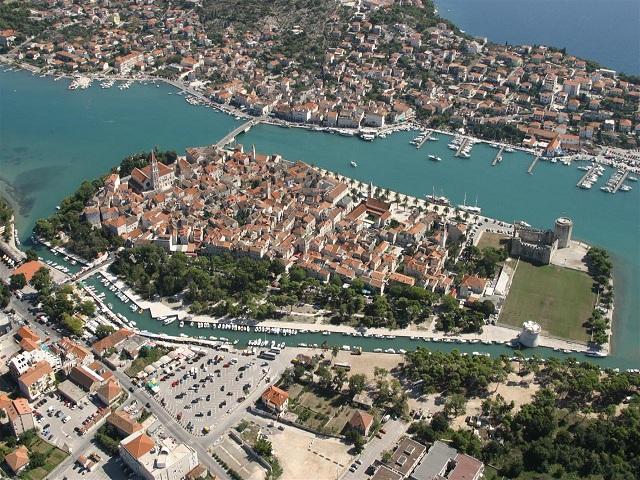 街の周囲が城壁で囲まれた世界遺産の町「トロギール」  (C)Croatian national tourist board. Author : Boris Kragic