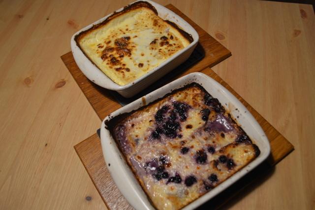 定番のチーズのシュトゥルクリ(奥)とブルーベリーのシュトゥルクリ(手前)