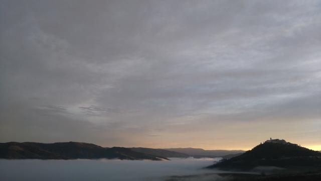 朝、霧に包まれるモトブンの街
