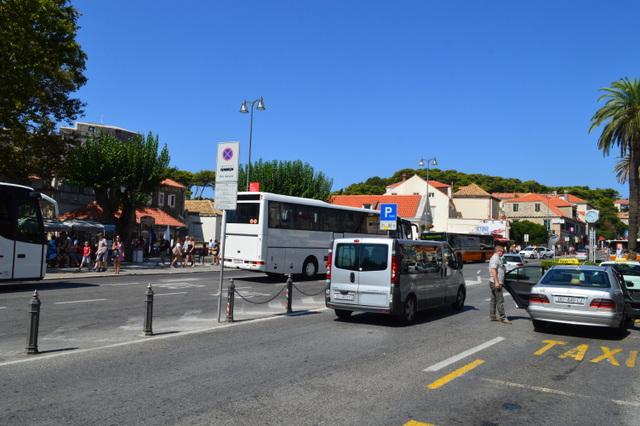 ピレ門前にはたくさんのタクシーが停まっています
