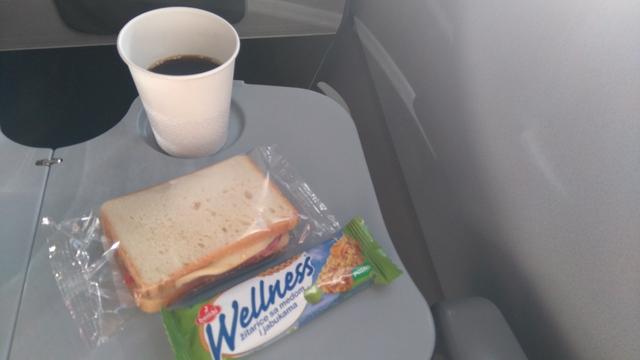 わずか1時間ちょっとのフライトでしたが、ドリンクと軽食(サンドイッチ)が提供されました