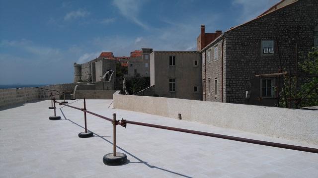 修復作業が終わった城壁の上