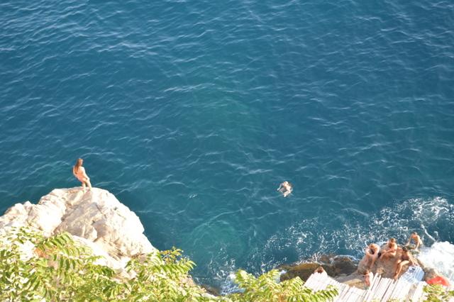 夏になると、このようにカフェの岩場から海に飛び込む人々の姿が
