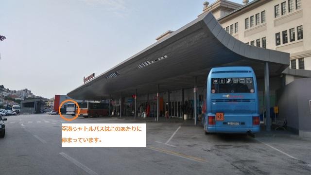 空港シャトルバスが発着するグルージュ港近くの中央バスターミナル