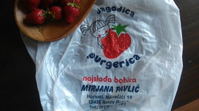 ザグレブで人気のいちご屋さん、Jagodica Purgerica。可愛い女の子といちごのイラストが目印です♪
