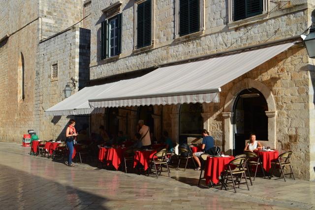 プラツァ通りに位置する人気店