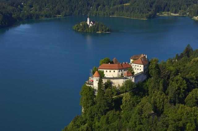 崖の上に建つブレッド城 (C) Matevž Lenarčič// www.slovenia.info