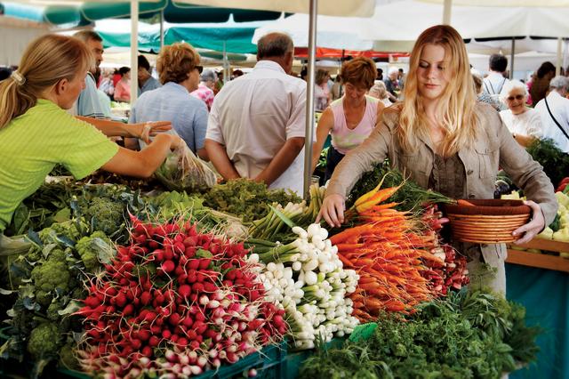 新鮮な野菜が並ぶ市場 (C) B. Jakse & S. Jersic // Ljubljana Tourism