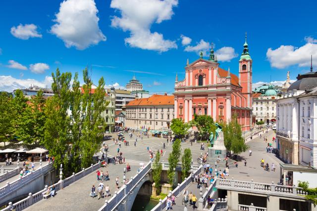 フランシスコ会教会の前に位置する三本橋(C) Mostphotos // Ljubljana Tourism