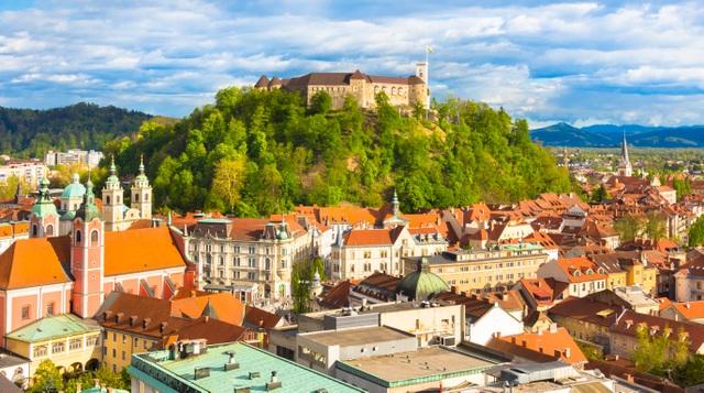 丘の上に建つリュブリャナ城 (C) Mostphotos //Ljubljana Tourism