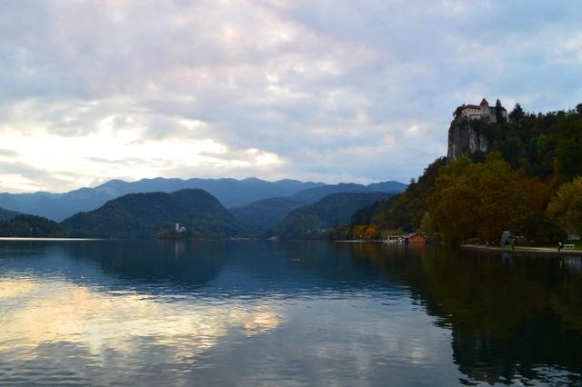 写真は10月中頃、曇りの日の夕暮れに撮影したもの