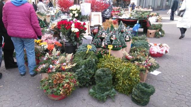 街のお花屋さんにもクリスマスのリースなどが並び始めました!