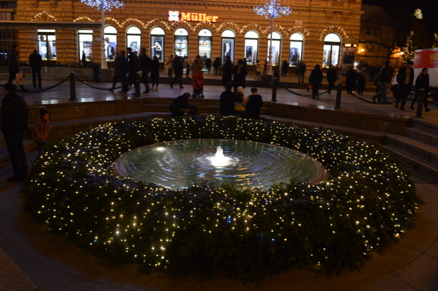 毎年恒例、イェラチッチ総督広場の巨大なアドベントクランツ