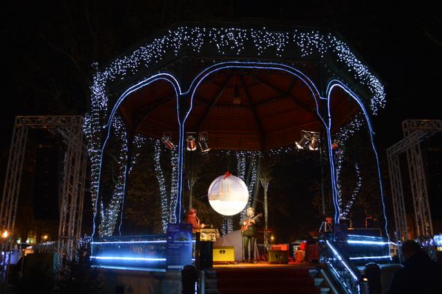 公園内にあるパビリオンではコンサートも行われています